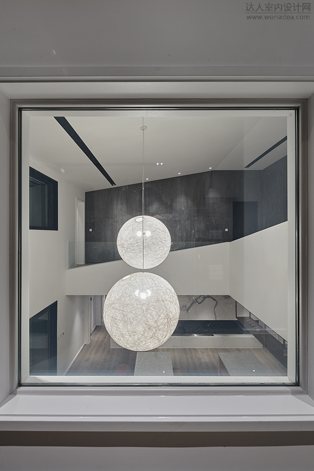 空间氛围延续了硬装的简约    并在其间适时以艺术点缀
